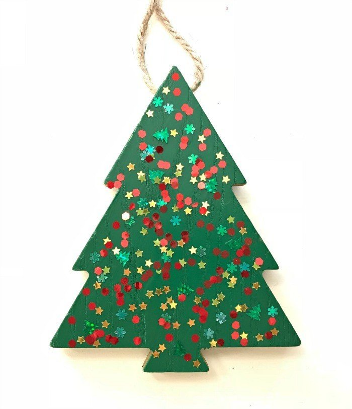 Get the DIY Info for 6 Fun & Easy Christmas Ornaments for kids to make. But don't worry, grown ups can do these too. Perfect for craft parties with friends and family. #CraftParty #DIYChristmasOrnaments #KidsOrnaments #DIYChristmas