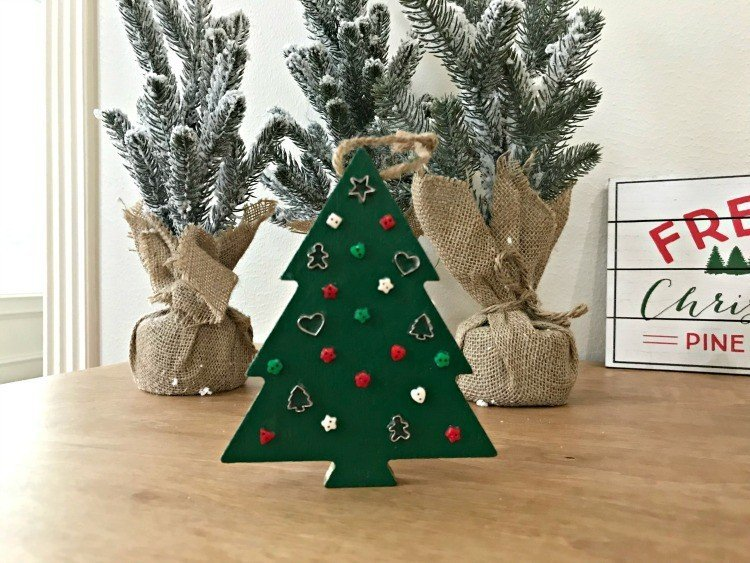 Some of my favorite fun and easy Christmas Ornament Ideas you can do this weekend with your kids. #ChristmasCrafts #ChristmasIdeas #ChristmasOrnaments #ChristmasFun #KidCrafts #AbbottsAtHome