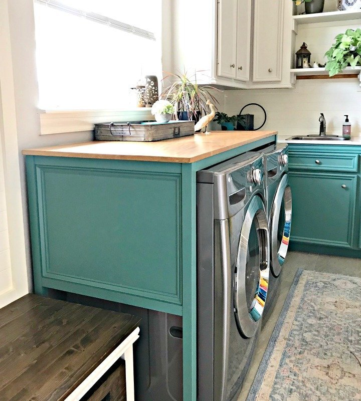 Full tutorial and build plans for this fantastic over washer and dryer DIY Laundry Table. This simple build hides those ugly machines, adds extra style and organization. #LaundryTable #WoodworkingIdeas #Woodworking #DIYFurniture #LaundryRoom #AbbottsAtHome