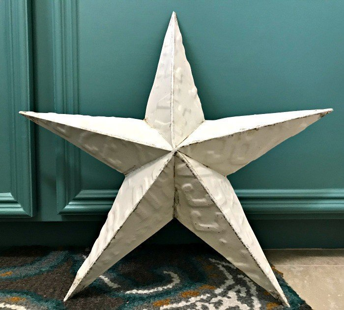Rust paint on the tips and a few spots to update this star. This is an easy way to update your old decor with this DIY Rust Paint Technique. I love how easy this is, just paint and spray! #PatinaPaint #Rust #DixieBellePaint #AbbottsAtHome