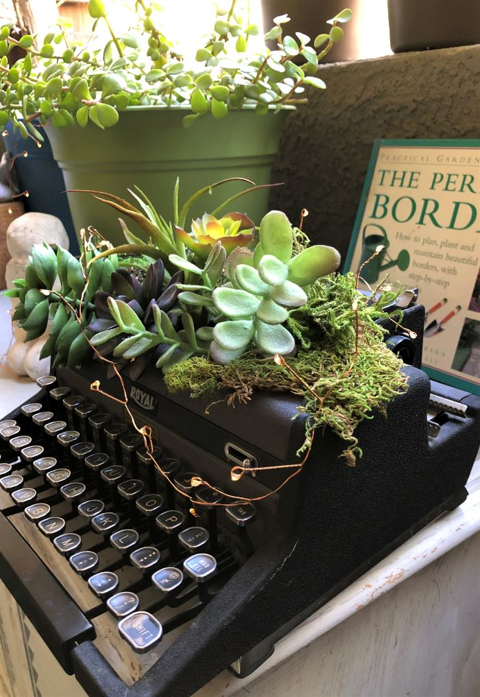 Best DIY Upcycle Idea - Vintage Typewriter Makeover