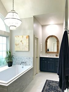 I love this beautiful Master Bathroom Makeover with traditional style and stylish bathroom decor ideas. #BathroomDecor #BathroomDecorIdeas #BathroomDesign #MasterBathroom #BeforeAndAfter #BathroomRemodel