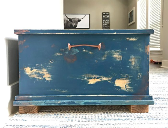 Beginner level woodworking plans and tutorial for a DIY Toy Box using Kreg Jig Pocket Holes - Printable Build Plans available - How-to video to help you get it done :) #AbbottsAtHome #DIY #DIYFurniture #WdworkingProjects #WoodworkingPlans